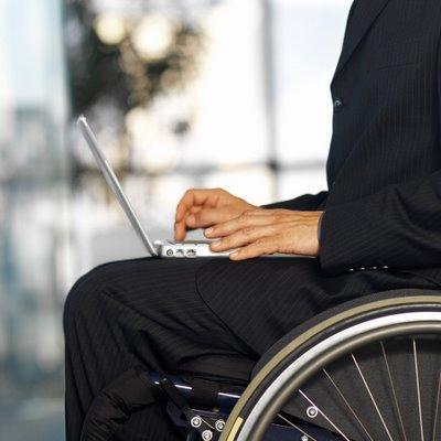 Hombre en silla de ruedas con notebook