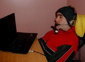 René, joven con discapacidad que a través del computador puede comunicarse con su entorno