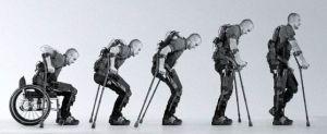 Hombre bajando de su silla de ruedas y probando exoesqueleto